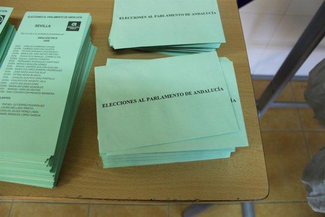 Sobres y papeletas en una mesa para las elecciones al Parlamento de Andalucía
