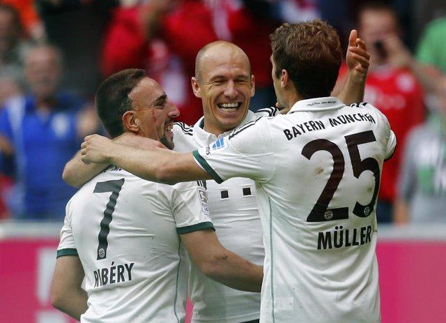 Robben, Ribery y Muller celebran un gol con el Bayern