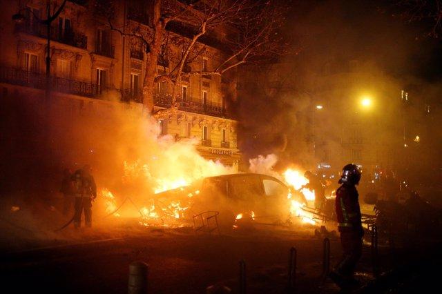 """Disturbios durante las protestas de los """"chalecos amarillos"""" en París"""