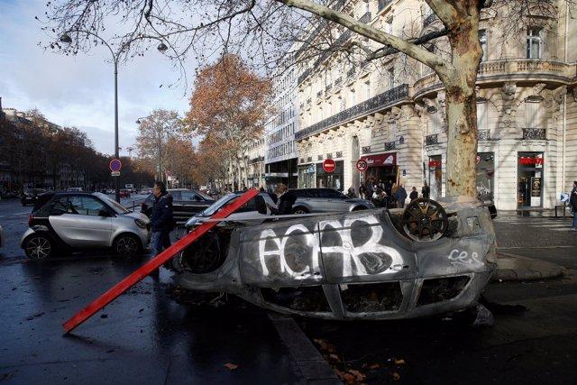 """Vehículo calcinado durante las protestas de los """"chalecos amarillos"""""""