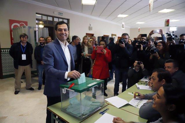 Juanma Moreno vota en el colegio Sagrado Corazón de Jesús