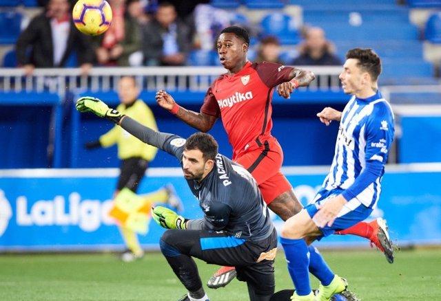 El Sevilla se deja el liderato ante un serio Alavés
