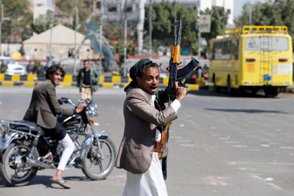 La coalición en Yemen asegura que medio centenar de huthis serán trasladados a Omán para recibir atención médica