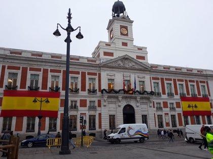 La fachada de la Real Casa de Correos luce ya dos banderas rojigualdas para celebrar los 40 años de Constitución