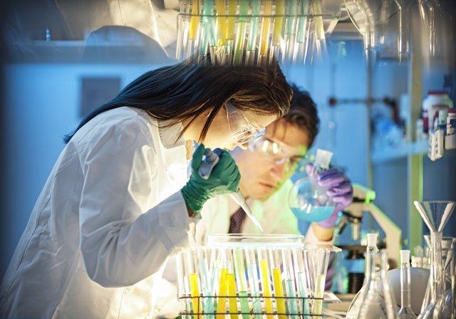 Científicos en laboratorio, inmunoterapia