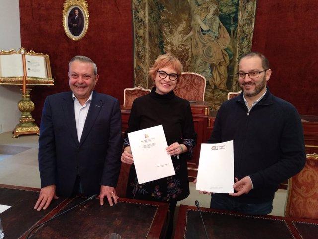 Ruz, entre Alcalde (izda.) y Luque, tras la firma del convenio