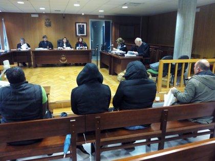 Aceptan penas de entre 4 meses y 1 año de prisión por estafar a una anciana en Vigo