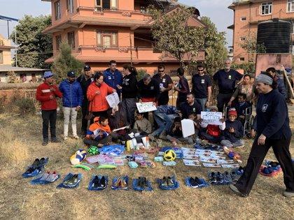 Bomberos madrileños trabajan voluntariamente en la rehabilitación de un orfanato en Nepal