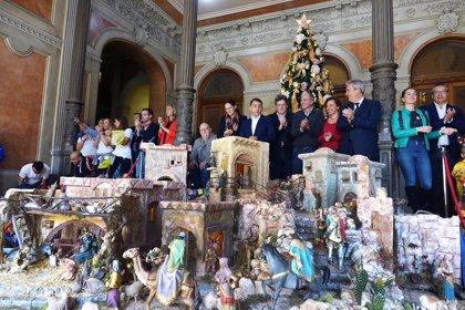 El Ayuntamiento de Santa Cruz instala un Belén de 12 metros cuadrados a la entrada del Palacio Municipal