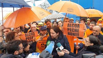 """Pablo Iglesias insta al Gobierno a no """"dejar tirados"""" a los trabajadores de Alcoa y a """"intervenir"""" las fábricas"""