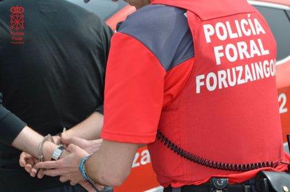 Tres detenidos por insultar y golpear a policías que mediaron en una pelea
