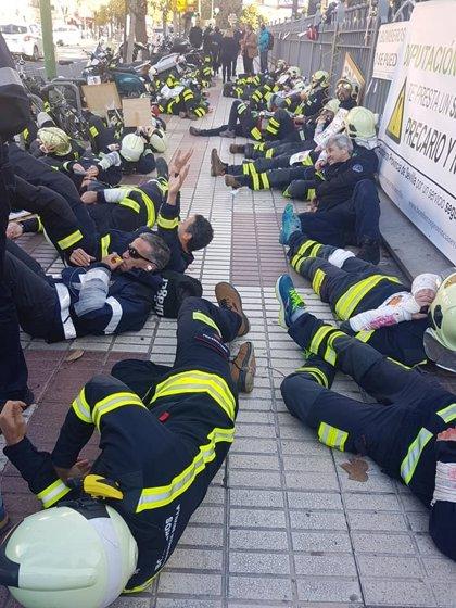 """Los bomberos de Diputación protestan de nuevo este martes en el pleno por la """"precariedad y falta de personal"""""""