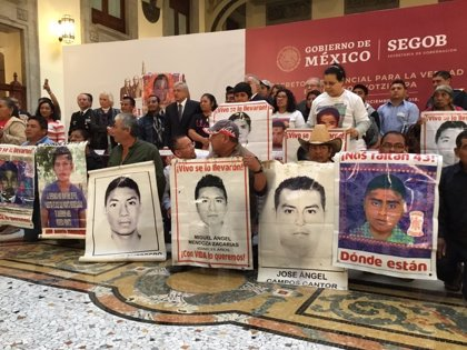 Caso Ayotzinapa: López Obrador firma un decreto para crear una comisión de la verdad