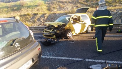 Un conductor es rescatado tras una colisión frontal entre dos vehículos en Tarifa (Cádiz)