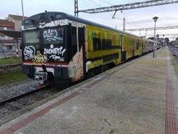 Tren de la R12 amb pintades a la cabina de conducció