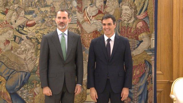 El rei Felip juntament amb el president del Govern, Pedro Sánchez