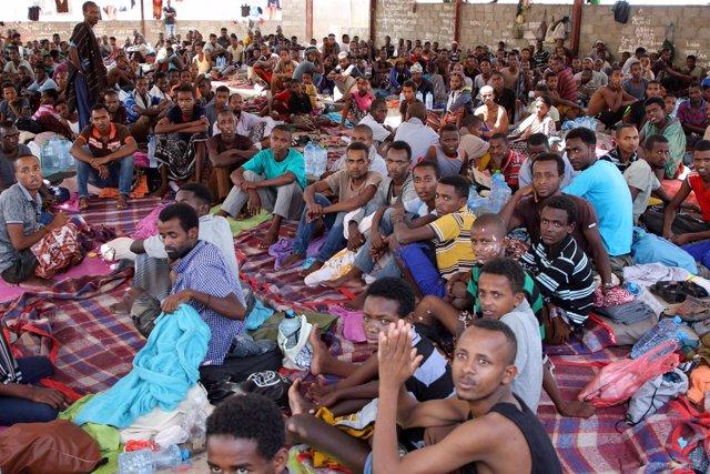 Migrantes africanos esperan a ser deportados en un centro en Adén