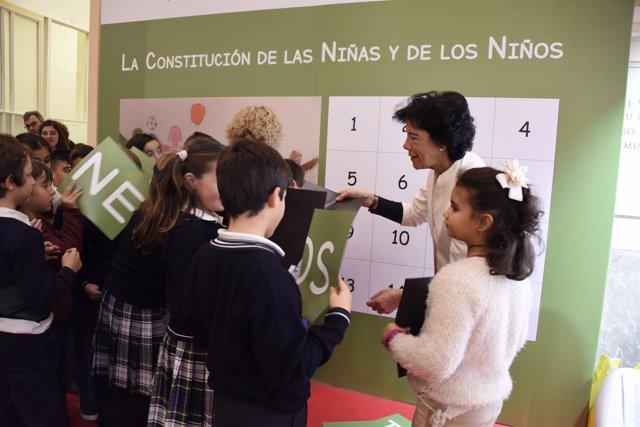 La ministra de Educación, Isabel Celaá, con escolares en la sede del Ministerio