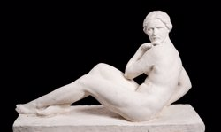Escultura 'Dona asseguda', d'August Maillard