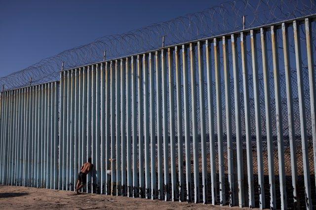Un migrante hondureño en la frontera de México con Estados Unidos