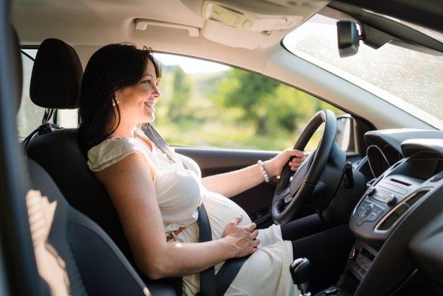 Embarazada conduciendo, cinturón de seguridad