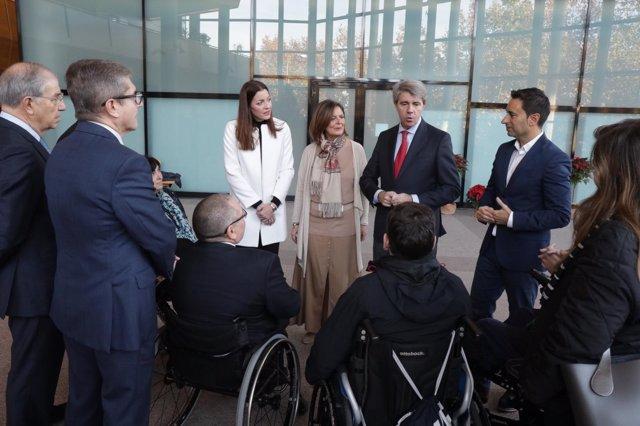 El presidente de la Comunidad, Ángel Garrido, con personas con discapacidad