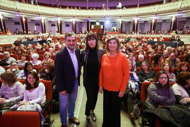 Mabel Lozano junto a Ángel Escobar y Rafaela Abad en el Teatro Cervantes.