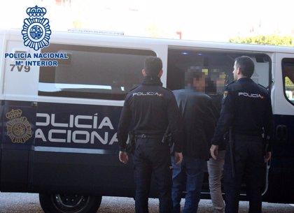 Tres detenidos acusados de atracar a punta de machete un salón de juegos en Almería