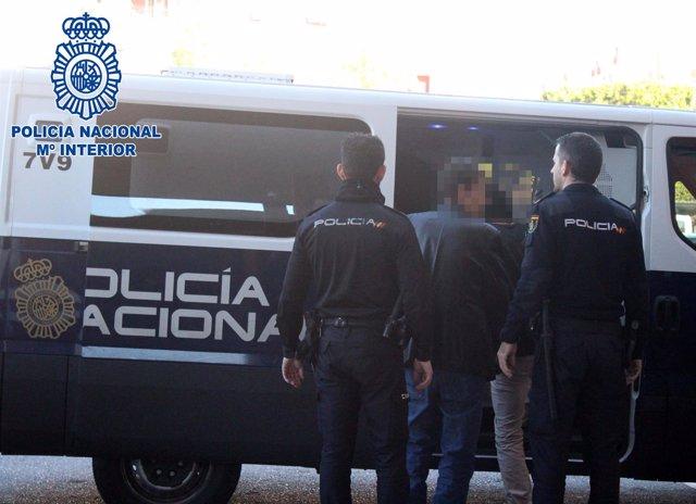 Los presuntos atracadores entran en el furgón policial