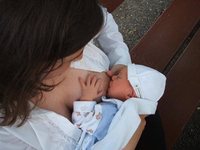 Una mujer amamantando a un bebé