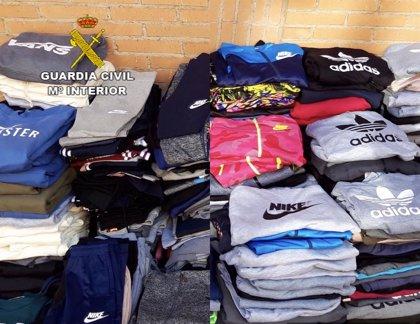 Detenido un vecino de Moraleja de 29 años cuando vendía en el mercadillo de Eljas más de 600 prendas falsificadas