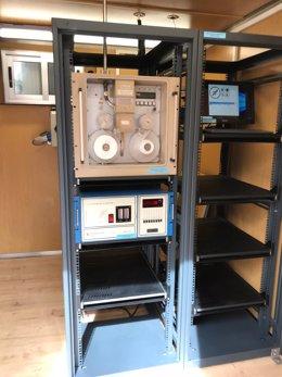Interior de una estación de medición de la calidad del aire