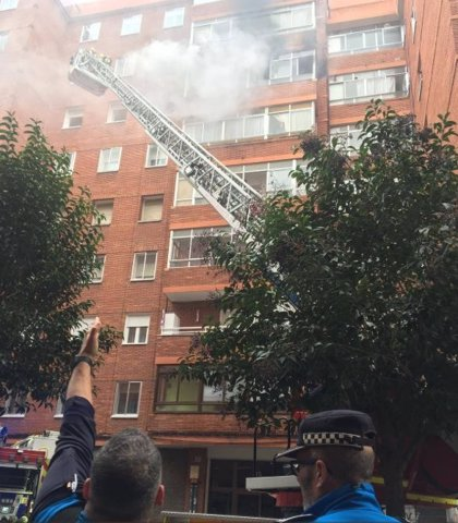 Los bomberos sofocan un incendio en la sexta planta de un edificio en el Paseo de San Vicente