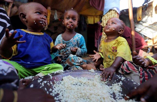 Niños desplazados internos comiendo en Mogadiscio