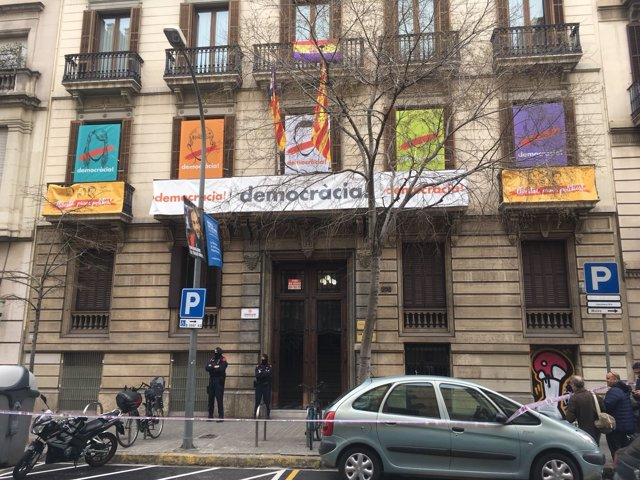 Sede de Òmnium en Barcelona durante el registro de la Guardia Civil