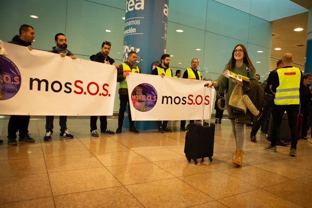 El movimiento MosS.O.S. y sindicatos reparten folletos a pasajeros del Aeropuert
