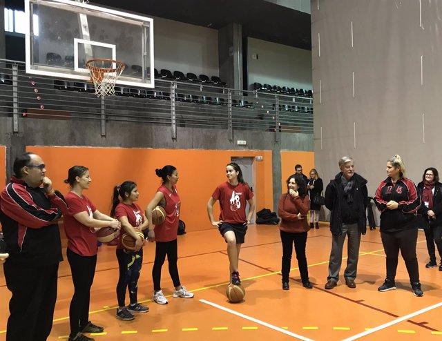 El alcalde, junto a las jugadoras de baloncesto