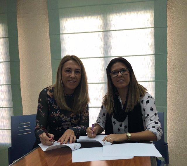 María Jesús Díaz firma el convencio con la alcaldesa de Larva, Ángeles Leiva.