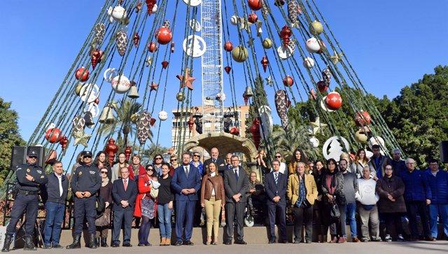 Ballesta y Ruiz con entidades solidarias en el Árbol de Navidad