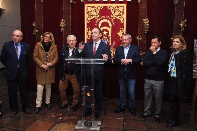 Martín (centro), en la inauguración del Belén