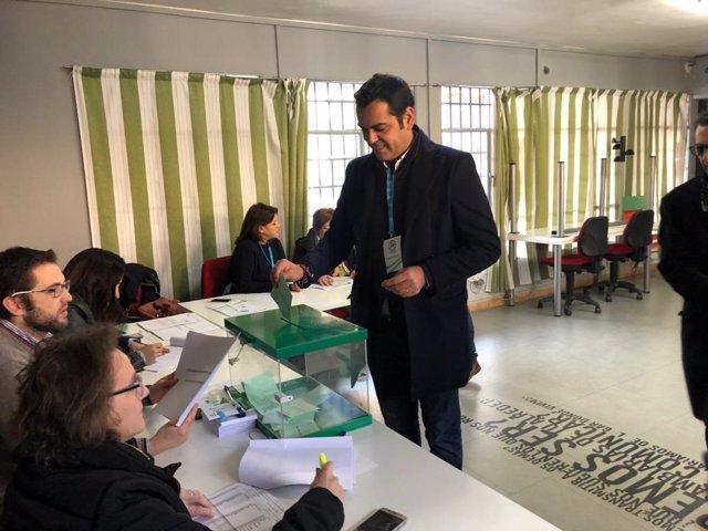 El presidente del PP de Jaén, Juan Diego Requena, vota en las autonómicas