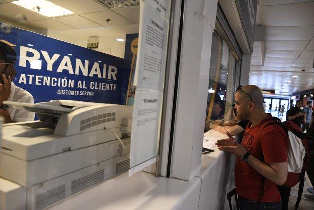 Los sindicatos protestan en el Aeropuerto de Madrid-Barajas Adolfo Suárez durant