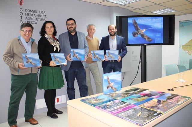 El conseller Vicenç Vidal (centro) presenta el libro 'Entre ones i penyes'