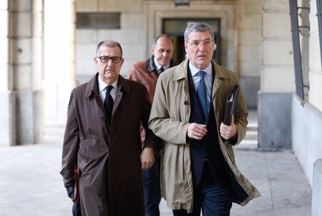 Miguel Ángel Serrano entrando en la Audiencia junto a su abogado Miguel Delgado
