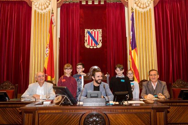 Parlament acoge jornada con niños