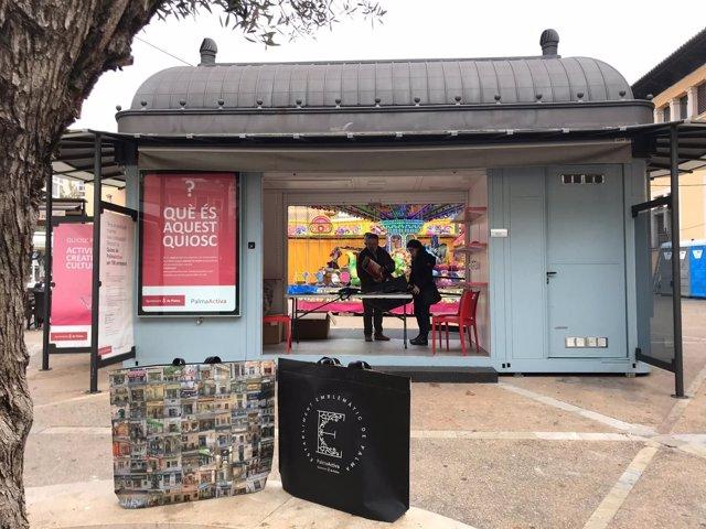 El quiosco de PalmaActiva reparte bolsas de la compra para apoyar al comercio