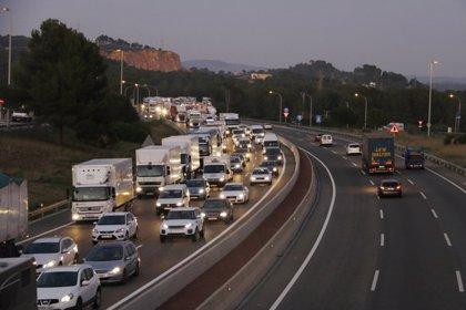 Un centenar de transportistes tarragonins rebutgen amb marxes lentes les condicions del desviament obligatori per l'AP-7