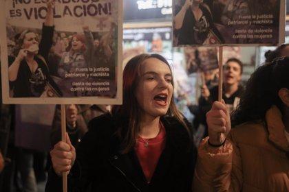 """Decenas de personas protestan ante el Ministerio de Justicia por la sentencia de La Manada: """"No es abuso, es violación"""""""