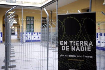 """Una exposición llama a """"no normalizar"""" las fronteras y ponerse """"en la piel"""" de quienes están 'En tierra de nadie'"""
