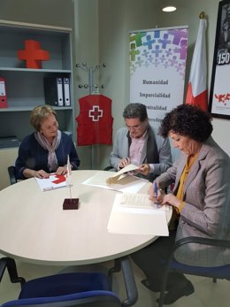 El presidente autonómico de Cruz Roja y la alcaldesa firman el convenio